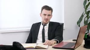 baise au bureau homme d affaires en costume assis dans le bureau et montrant