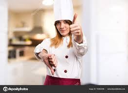 chef de cuisine femme chef de femme faisant signe de bon mauvais dans la cuisine