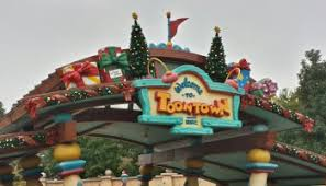 Outdoor Christmas Decorations Roller Coaster by Mickey Has Decorated His House For Christmas Toontown Disneyland