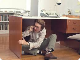 homme telephone cache sous bureau daily show
