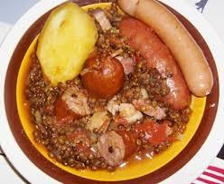 cuisiner des saucisses saucisses aux lentilles et pois cassés recette de saucisses aux