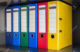 le de bureau bleu vert dossiers de bureau bleu et jaune avec des boîtes sur le