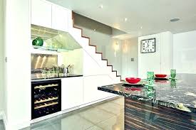 cuisine sous escalier mini cuisine compacte great amenagement mini cuisine rangement