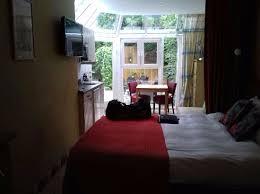 separation de chambre vue d ensemble avec séparation de la chambre par un rideau