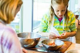 cuisiner avec des enfants cuisiner avec les enfants et leur apprendre la cuisine envie de