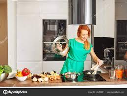 technologie cuisine cap femme attentionnée souriante heureuse avec cheveux roux se tenant