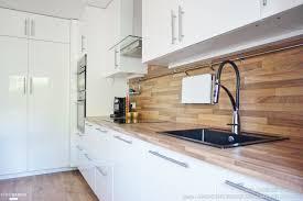 coté maison cuisine une cuisine ouverte sur la salle à manger toute de blanc et de bleu