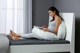 cuscino per leggere a letto riciclo creativo con il cuscino da allattamento fotogallery