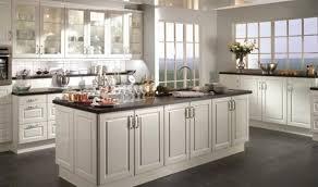 vintage cuisine comptoir dîlot en granit blanc hotte de cuisine métal moderne