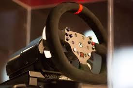 volante per xbox one mad catz mostra il volante per i giochi di guida su xbox one