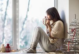 le si e de giovane donna che beve caffè caldo che si siede sul davanzale