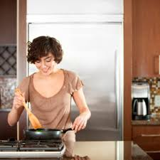 femme qui cuisine 5 trucs pour bien aménager votre cuisine