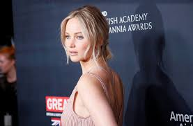 jennifer lawrence hair co or for two toned pixie jennifer lawrence gushes over boyfriend darren aronofsky i had