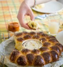 comment cuisiner le mont d or recette de brioche fourrée au pesto autour d un fromage rôti