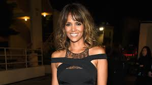 halle berry u0027s new short hairstyle is a bowl cut today com