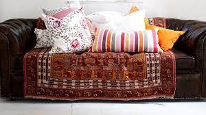 recouvrir des coussins de canapé mettre en valeur mon vieux canapé avec des plaids coussins