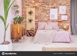 grünpflanzen im schlafzimmer mit dekorativen grünpflanzen stockfoto 141004596