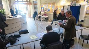 bureaux de vote primaire à gauche matinée calme au bureau de vote de trouville