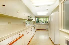 cuisine historique vieil intérieur simple blanc de cuisine dans la maison historique