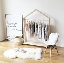 chambre montessori chambre montessori idée comment ranger les vêtements home design