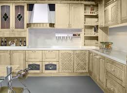 home staging cuisine chene moderniser cuisine en chene rayonnage cantilever