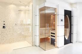 sauna im badezimmer sauna mit glas über eck und großem ovalen fenster modern