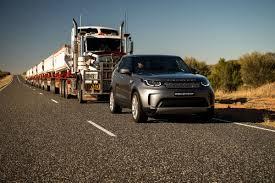 brown range rover land rover discovery u201c vilko 110 tonų svorio priekabų vilkstinę