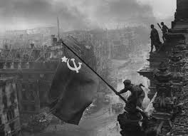 yevgeny khaldei u0027s photo of soldiers raising the soviet flag over
