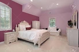 chambre à coucher fille chambre à coucher la fille dans la maison de banlieue de