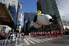 despite winds balloons fly in new york s thanksgiving parade