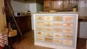 meuble de cuisine fait maison meuble décoré de flammes de caisses de vin au coeur de