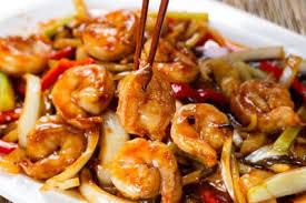 cuisiner au wok recette wok de crevettes et légumes sautés au curry noir