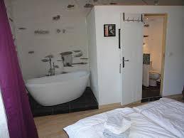 chambre avec baignoire chambre prune vue sdb et baignoire jpg