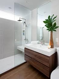 banheiro com revestimento em pastilha e porcelanato retangular