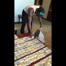 mayweather money stack when floyd mayweather travels he packs this much money u2026and no