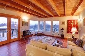 salon du luxe moderne salon de luxe avec plafond en bois et de grandes fenêtres