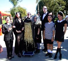 Addams Family Costumes Addams Family Bring The Screams At Halloween Contest El Don News