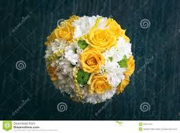 bouquet de fleurs roses blanches bouquet de mariage avec les fleurs blanches et jaunes photos stock