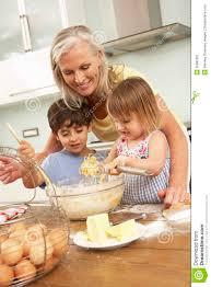 cuisine grand mere petits enfants aidant la grand mère à faire des gâteaux cuire au