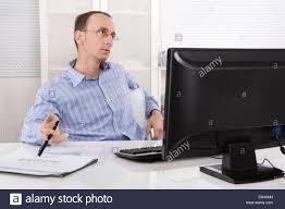 Schreibtisch Mit Computer Lustlos Und überarbeitet Geschäftsmann Sitzt Am Schreibtisch Mit
