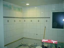 frise carrelage cuisine carrelage au sol de salle de bain vert ou turquoise faaence ou frise