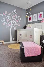chambre fille et blanc décoration pour la chambre de bébé fille arbre sur le mur