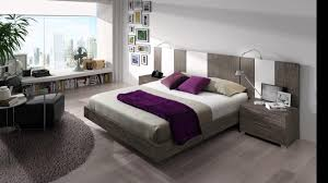 chambre style moderne couvre lit et coussins blancs mur de miroir cadre noir tête en