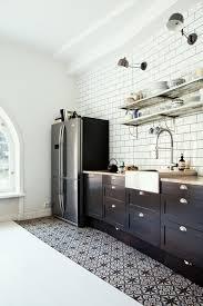 cuisine rectangulaire évier rectangulaire blanc et visible pour une cuisine chic et