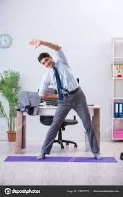 faire du sport au bureau homme d affaires faire du sport au bureau pendant la pause