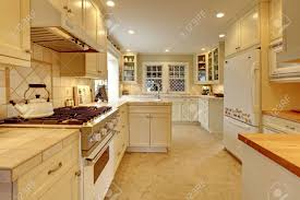 Cream Shaker Kitchen Cabinets Cream Kitchen Cabinets Transitional Kitchen Sherwin Williams