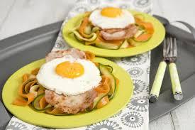 que cuisiner avec des oeufs oeufs au plat et tagliatelles de carottes et courgettes maggi
