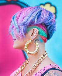 Kurze Haarfrisuren Damen by Undercut Frisuren Für Damen Geometrische Farbige Und Glitzer