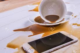 sur le bureau le bureau de bureau café renversé sur le téléphone banque d images