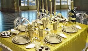 piatti e bicchieri di plastica colorati piatti di plastica carta cartone monouso scatole e sacchetti